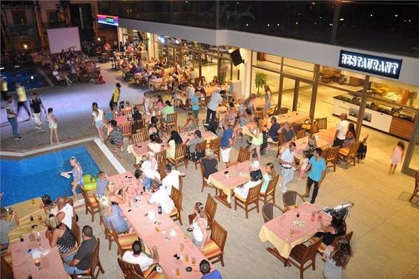 YASMIN RESORT CONVENTION THALASSO Bodrum Clasificare 5 stele Situat la 35 km de aeroportul Milas Bodrum, la 3 km de centrul orasului Bodrum, in statiunea Gumbet, la 100m de malul marii. Construit in anul 1995, pe o suprafata de 13.200 m2, ultima renovare - 2014. Este alcatuit dintr-o cladire principala si bungalow-uri (sectiune club). CAMERE: Hotelul dispune de 66 standard room in cladirea pricipala (max. 3 pers.), 125 standard room in sectiunea club (max. 2+2 pers.), 66 family room in sectiunea club (max. 4 pers.) Facilitati camere: A/C, TV satelit, mini bar - gol, baie cu dus, uscator de par, telefon, safe - gratuit, pardoseala - gresie, balcon/terasa. FACILIATI: 1 restaurant principal, 4 baruri, 1 restaurant a la carte (1 cina/sejur - gratuita, cu rezervare in prealabil), 3 piscine exterioare, 1 piscina interioara, tobogane cu apa, medic la solicitare, animatie, spalatorie, curatatorie, calcatorie, internet wi-fi in lobby - gratuit, parcare. ACTIVITATI: Gratuit: baie turcesca, sauna, sala de fitness, tenis de masa, darts; Contra cost: masaj, sporturi nautice motorizate. PLAJA: Plaja privata la 200 m de hotel - nisip. La piscina si la plaja: sezlonguri, umbrele, saltele - gratuit. Prosoape de plaja - nu. PENTRU COPII: piscina exterioara, tobogan, loc de joaca, babysitter (contra cost) Tip masa: UAI Pret: euro/zi/camera